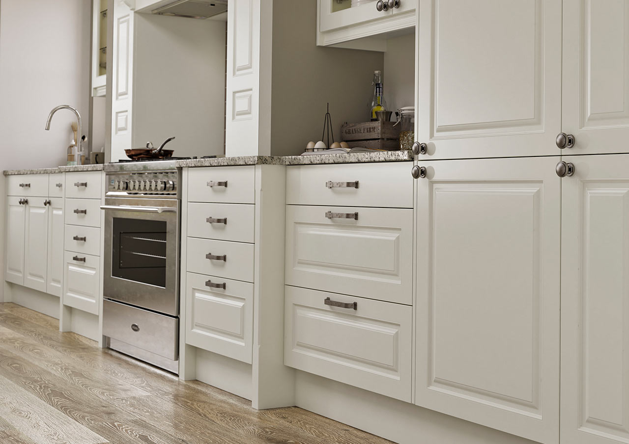 Avon Kitchens and Bathrooms : Contemporary and Classic Kitchens. Ringwood, Newforest